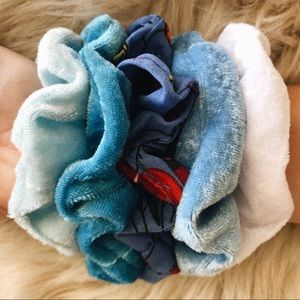 Blue pack of velvet scrunchies